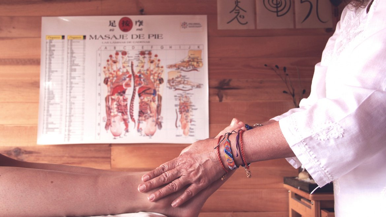 Reflexología podal y masaje del agua en los pies